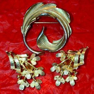 Beautiful vintage gold brooch~clip-on earrings